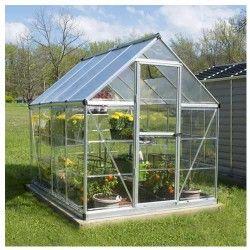 Laserre de jardinen polycarbonate Hybrid4,57 m² est idéale pour un petit jardin! Cette serre ravira les jardiniers avec un jardin de petite taille, vous pourrez y faire pousser vos semis, vos plantes exotiques ou faire un coin potager! La serre de jardin en polycarbonate Hybridest livrée avec une base pour assurer la stabilité de la structure, une porte avec charnière et une lucarne pour assurer une ventilation efficace. Elle est facile à installer. Sa toiture avec sespanneaux de polycarbonate à double paroi protègent contre une forte expositionau soleil. Ces parois en polycarbonate transparents offrent plus de 90% de transmission lumineuse, sont traités anti-UV et pratiquement incassables. Cette serre de jardin a une bonne résistance aux intempéries grâce à sa structure en aluminium et à ses panneaux de polycarbonate. Elle possède tous les avantages du verre sans les inconvénients! Les séries de serres en polycarbonate Hybrid sont parmi nos modèles les plus populaires, alliant design, praticité, esthétisme et durabilité. AvantagesNe nécessite pasd'entretien particulier Se déplace facilement La porte à charnière simple peut être assemblée comme porte droite ou gauche Poignée de porte verrouillable incluse Base en acier galvanisé incluse - Ajoute la stabilité structurelle Structure en aluminium, robuste et résistant à la rouille Pour le toit les panneaux de polycarbonate à double paroi protègent contre une forte exposition à la lumière du soleil Parois transparentes Ancrage au sol pour la base en option (conseillé) Système de gouttière intégré inclus pour un drainage efficace de l'eau et de la collecte Pratique, un aimant vous permet de garder laporte ouverte Facile à monter grâce ausystème d'assemblage de panneaux coulissants Existe en 2 couleurs : argent et vertCaractéristiquesDimensions (L x l x H) :2m47 x 1m85 x 2m08 1 porte (H x l ) 1m63 x 0m57 1 lucarne Peut supporter jusqu'à 75 kg/m² de neige Système d'assemblage de panneaux coulissants Matière des parois : po