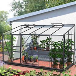 Les serres adosséessont idéales si vous manquez d'espace. Grâce à la serre adossée, vous pourrez cultiver vos plantes ou légumes et les protéger en gardant une température constante dans la serre. Elle permettra de profiter de la chaleur diffusée par votre maison.