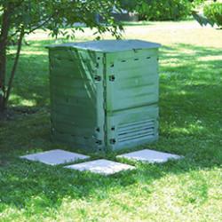 Soyez un expert du recyclage organique et créez vous même votre compost grâce à un composteur ou un bac à compost. Ils sont simple d'utilisation et résistant aux chocs et UV. Nos composteurs sont équipés de portes latérales pour faciliter le prélèvement du compost.