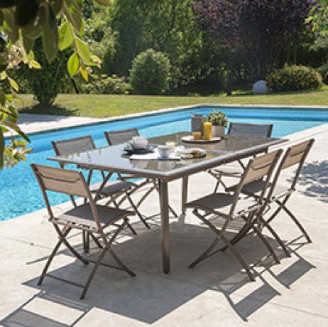 Profitez des belles journées et aménagez votre extérieur grâce à notre sélection de salons de jardin. Que ce soit une table, des chaises, des canapés ou fauteuils d'extérieur, nous vous proposons des ensembles pour que vous partagiez de bons moments en famille ou entre amis tout en profitant du beau temps. Nos produits sont résistants aux intempéries et traités pour résister aux UV. Ils s'intégreront parfaitement à tout type d'extérieur. Pour vous protéger des rayons du soleil, optez pour une pergola ou bien un parasol. Notre mobilier de jardin allie qualité et design pour s'accorder au mieux avec votre extérieur.