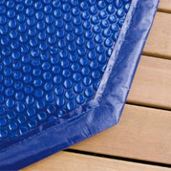 Augmentez facilement la température de votre piscine hors-sol grâce à nos bâches à bulles piscines. Aussi appelée bâche solaire, ou couverture solaire, elle permet d'améliorer le confort d'utilisation de votre piscine. D'un double usage, nosbâches à bulles piscines captent les rayons du soleil pour venir naturellement réchauffer l'eau tout en la protégeant des feuilles mortes et autres détritus.